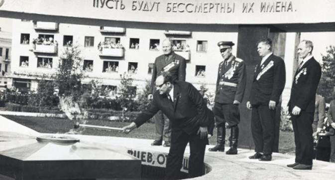Открытие Огня Вечной Славы. В.И. Черный зажигает Вечный Огонь памяти. Тамбов, 9 мая 1970 г.
