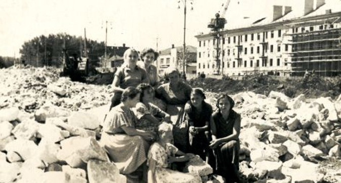 На строительстве жилого дома по адресу - ул. Интернациональная 92. 1955 год
